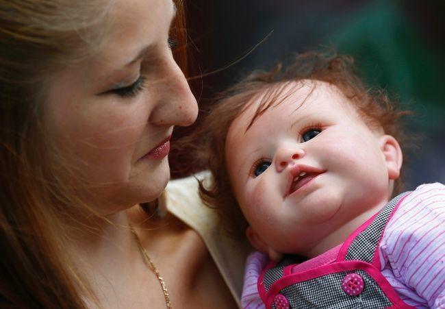 <p> Stacy, 19 tuổi chụp hình với em búp bê tên là Stefy.</p>