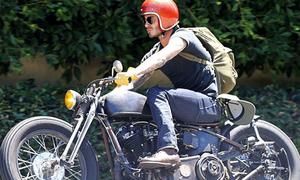 Becks cưỡi mô tô 'chất chơi' như sao Hollywood