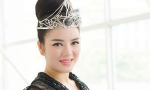 Lý Nhã Kỳ 'khoe' vương miện Đại sứ Nữ hoàng trang sức