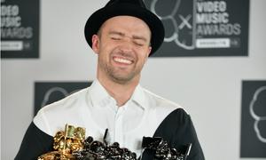 Justin Timberlake tít mắt bưng cúp tại VMAs 2013