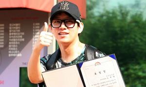 Hee Chul hớn hở khoe bằng khen khi xuất ngũ