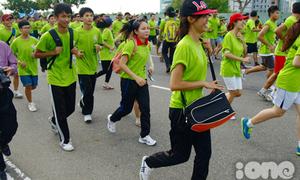 Bạn trẻ hào hứng đua marathon dưới trời nắng gắt