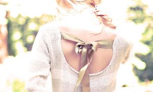 Lưng trần gợi cảm với dây nơ