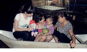 Quà Trung thu cho trẻ nghèo bãi sông Hồng