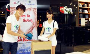 Bê Trần - Quỳnh Anh hí hửng đem áo đi quyên góp