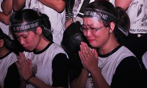 Bạn trẻ thắp nến cầu nguyện thâu đêm