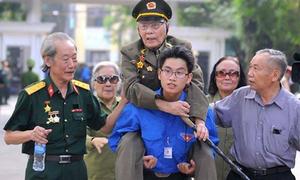 Ảnh xúc động về thanh niên trong tang lễ Đại tướng