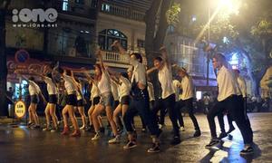 Video St.319 nhảy flashmob cực bốc trong mưa lạnh