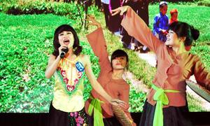 Nữ sinh Phương Đông diện áo yếm hát 'Nhà quê'