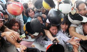 Đám đông hỗn loạn giành giật đồ miễn phí