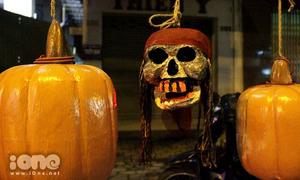 Mặt nạ kinh dị, tượng đầu lâu 'hoành hành' mùa Halloween