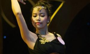 Nữ sinh Báo chí khoe điệu múa bụng gợi cảm
