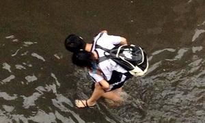 Teen Sài thành cõng nhau lội 'sông' đến trường
