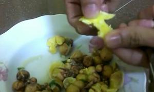 Video vạch trần trứng gà làm bằng cao su