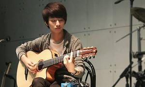 Thần đồng guitar xứ Hàn làm video chào fan Việt