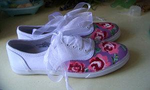 Trổ tài khéo tay vẽ giày vải hoa hồng