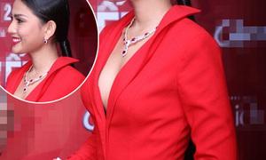 Hot or not: Trương Thị May diện váy xẻ ngực sâu hút