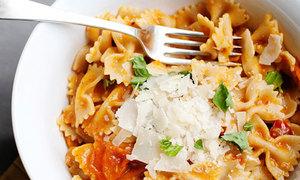 Bữa trưa với pasta trộn nước sốt cà chua nướng