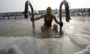 Tắm trong hồ băng -27 độ C