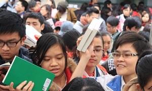 Hàng nghìn bạn trẻ xếp hàng mua sách như thời bao cấp