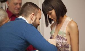 Chà Mi trình diễn váy 100% đá quý tại Paris