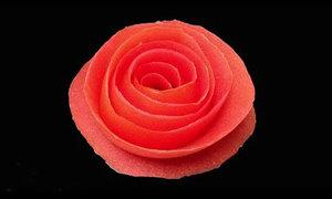 Tips: Cách xếp vỏ cà chua thành bông hồng xinh xắn