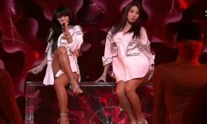 Những bộ trang phục sexy quá đà của sao Hàn
