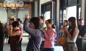 Giới trẻ chen chúc đi chùa cầu lộc đầu năm