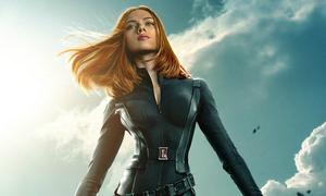Scarlett Johansson khoe đường cong dù mặc kín