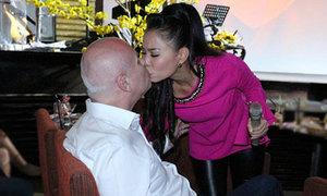 Thu Minh bất ngờ nhảy xuống sân khấu hôn chồng