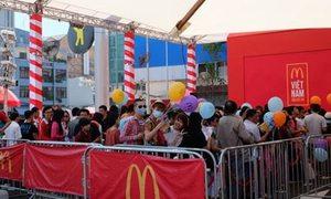 Xếp hàng mua McDonald's, giới trẻ Việt đang tự 'hành xác'?