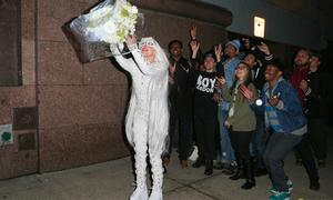 Lady Gaga làm cô dâu ma tung hoa giữa phố