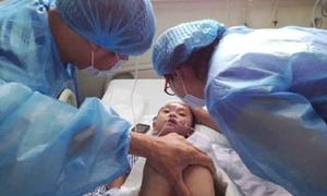 Bác sĩ rơi lệ trước bé gái 7 tuổi lấy thân đỡ mẹ