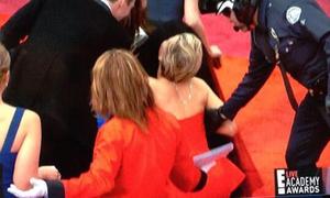 Jennifer Lawrence trượt ngã trên thảm đỏ Oscar 2014