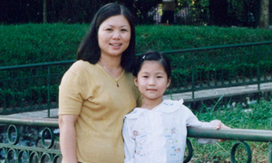 Hương Tràm nhỏ bé trong vòng tay mẹ