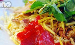 Đi ăn mỳ chua ngọt Hàn Quốc vỉa hè