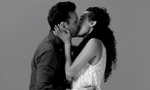 Lần đầu gặp nhau vẫn 'khóa môi' nồng nàn