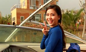 Diễm Trang học lái ca nô làm gái quê sành điệu