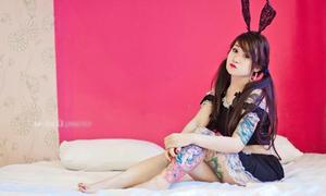 'Cô gái hình xăm' gợi cảm với váy ngắn, tai thỏ