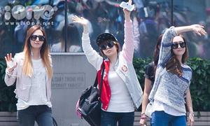 SNSD nhiệt tình chào fan Việt tại sân bay