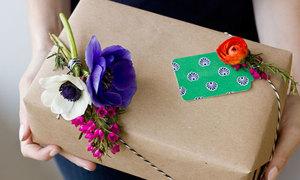 Trang trí hộp quà xinh xinh với hoa tươi