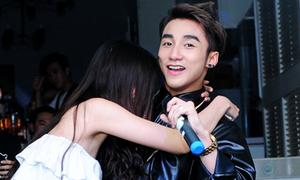 Sơn Tùng M-TP ngơ ngác khi được fan nữ ôm chầm