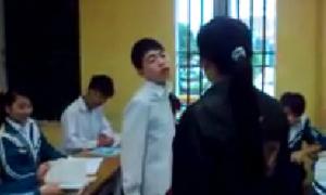 Nam sinh vênh mặt cãi nhau với cô giáo giữa lớp