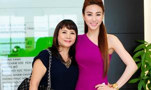 Mẹ Ngân Khánh hộ tống con gái dự sự kiện
