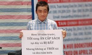 Chàng trai treo biển phản đối việc lăng nhục nữ sinh lớp 7