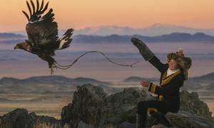 Cô bé Mông Cổ 13 tuổi săn thú cùng đại bàng