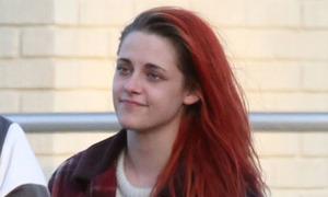 Kristen Stewart tung tăng trên phim trường với tóc mới đỏ rực