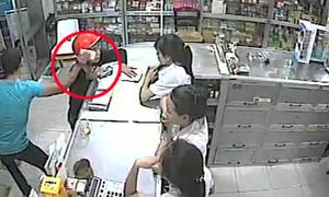 Màn cướp iPhone gây sững sờ trong tiệm thuốc