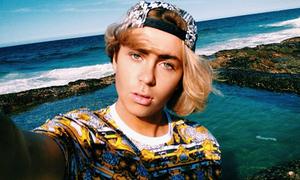 Teen boy cuồng selfie vì mê mệt vẻ đẹp của chính mình