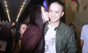 Cao Thái Sơn được 'fan cuồng' ôm hôn sau đêm diễn